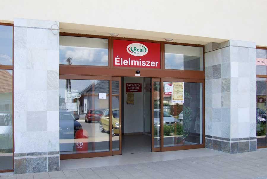 Újhartyán faluközpont élelmiszer automata ajtó referencia