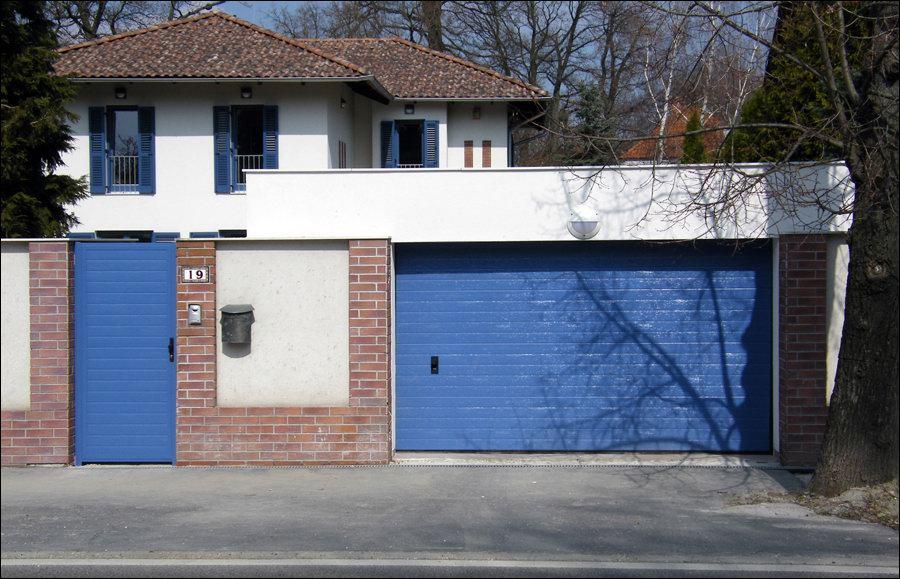 Az egyedi festésű DITEC garázskapu harmonikusan illeszkedik otthonához